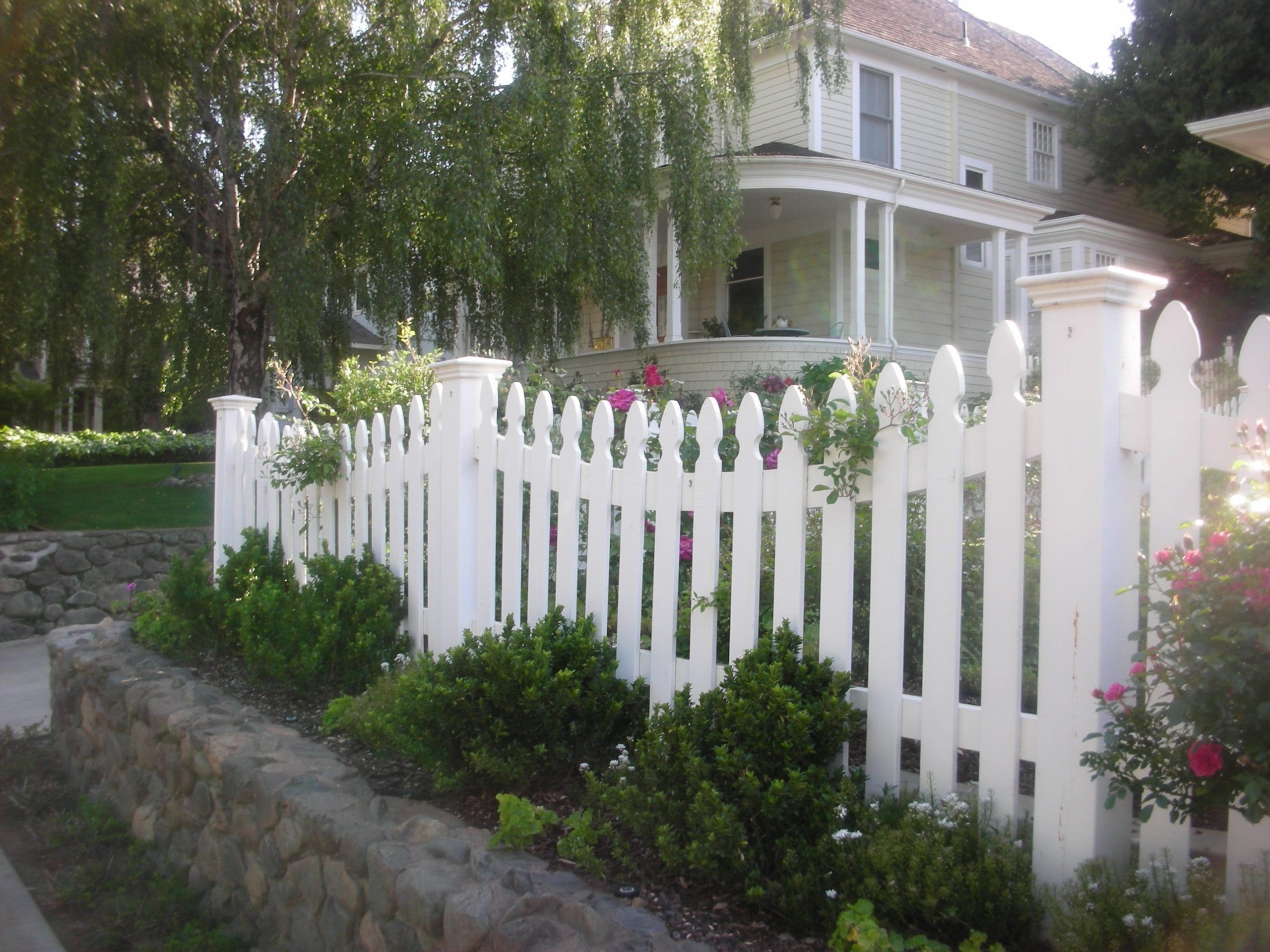 colonial style white picket fence 94513